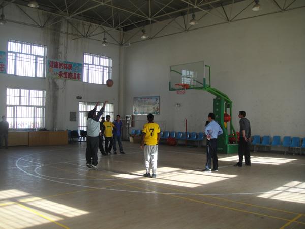 塔什库尔干县检法两院在县小学室内篮球